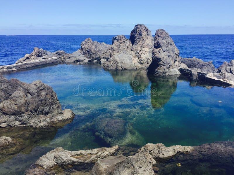 Stagni naturali della roccia dell'oceano fotografie stock libere da diritti