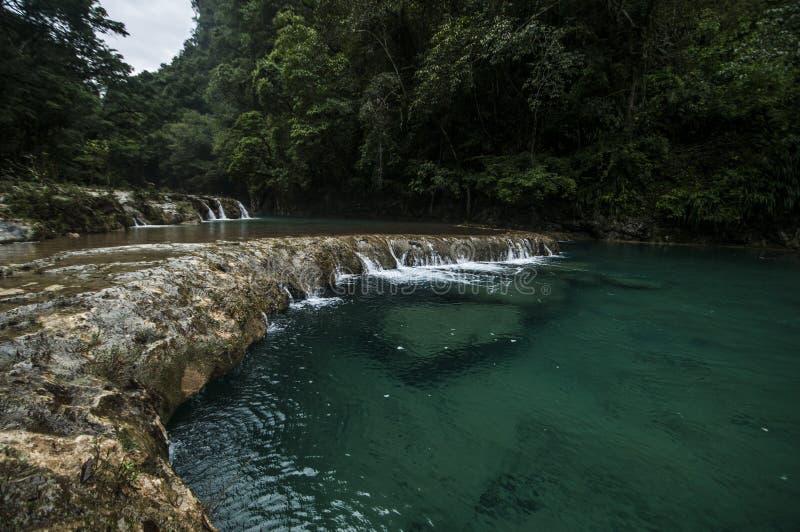 Stagni precipitanti a cascata di Semuc Champey fotografia stock libera da diritti