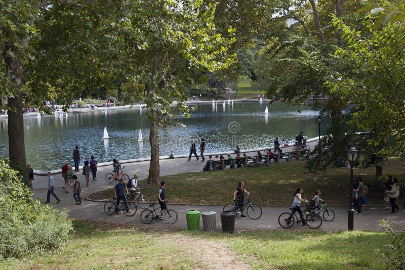 Stagno con le barche di modello in Central Park New York fotografia stock