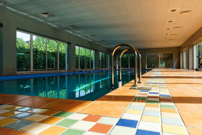 Stagno coperto lungo dello swimmimg sulla località di soggiorno fotografie stock