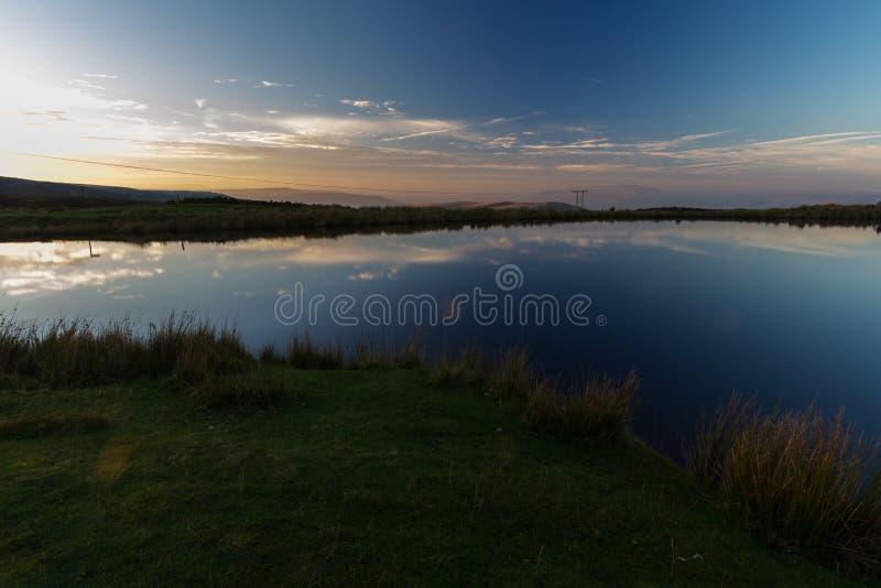 Stagno dei custodi, il Blorange Acqua della regione montana al tramonto fotografie stock libere da diritti