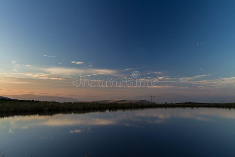 Stagno dei custodi, il Blorange Acqua della regione montana al tramonto immagini stock libere da diritti