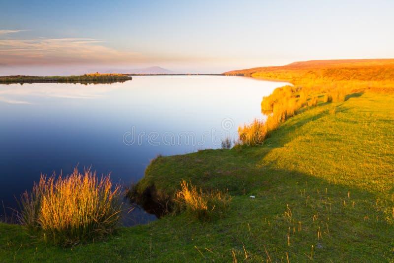 Stagno dei custodi, il Blorange Acqua della regione montana al tramonto immagini stock