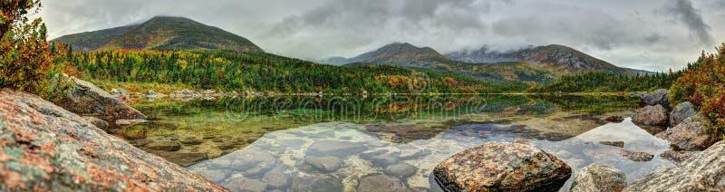 Stagno del bacino con i fogli di autunno fotografia stock libera da diritti