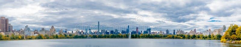 Stagno del Central Park che sembra del sud immagine stock libera da diritti