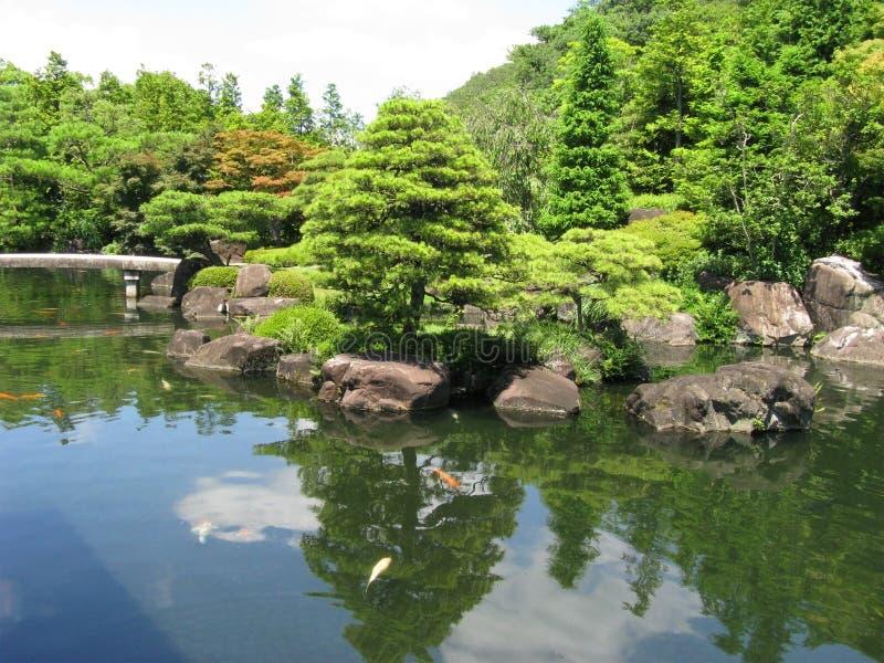 Stagno del giardino del castello di Himeji immagine stock