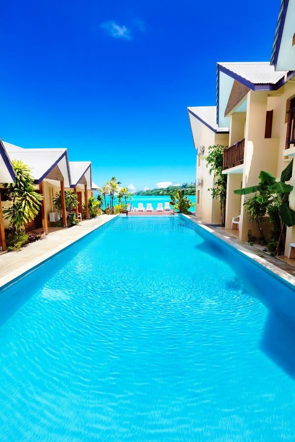 Stagno dell'albergo di lusso dal mare nei tropici immagini stock