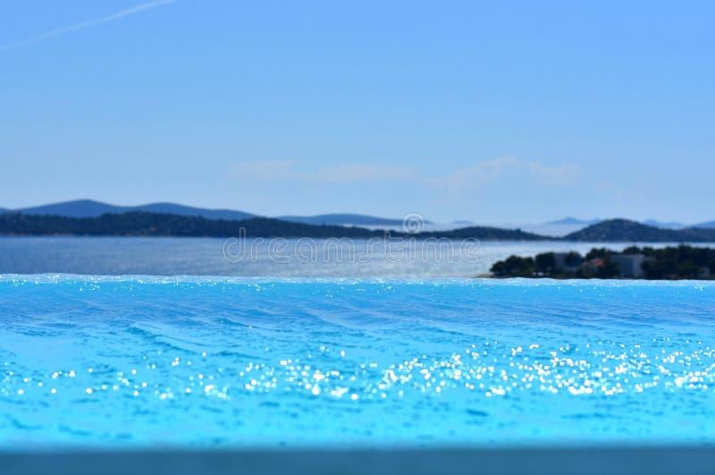 Stagno di infinito con la vista al mare adriatico immagini stock