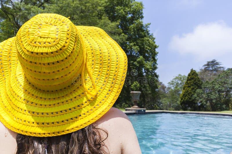 Stagno di nuotata del cappello della ragazza immagini stock