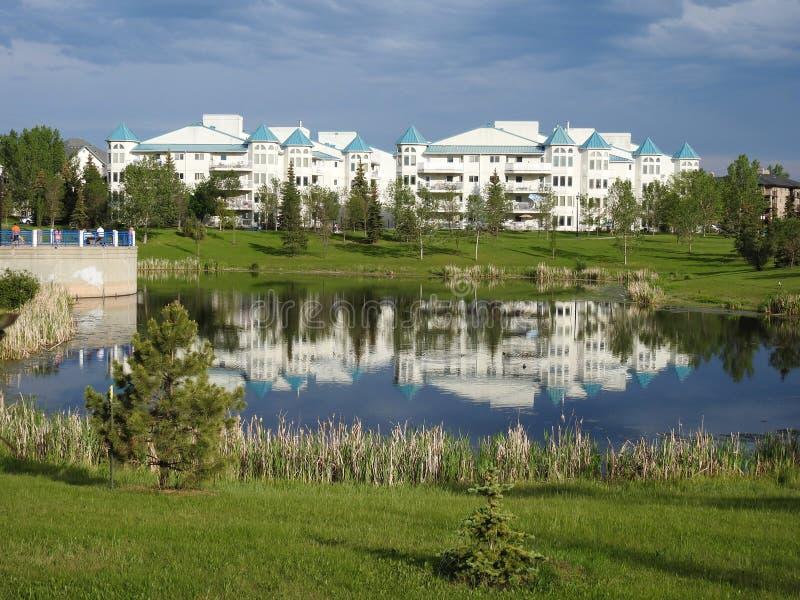 Stagno e casa bianca, Edmonton, Canada immagini stock