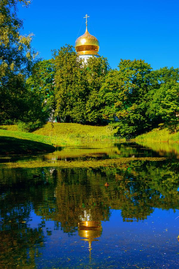 Stagno e cattedrale di Fedorovsky a Pushkin Tsarskoe Selo, St Petersburg, Russia fotografia stock