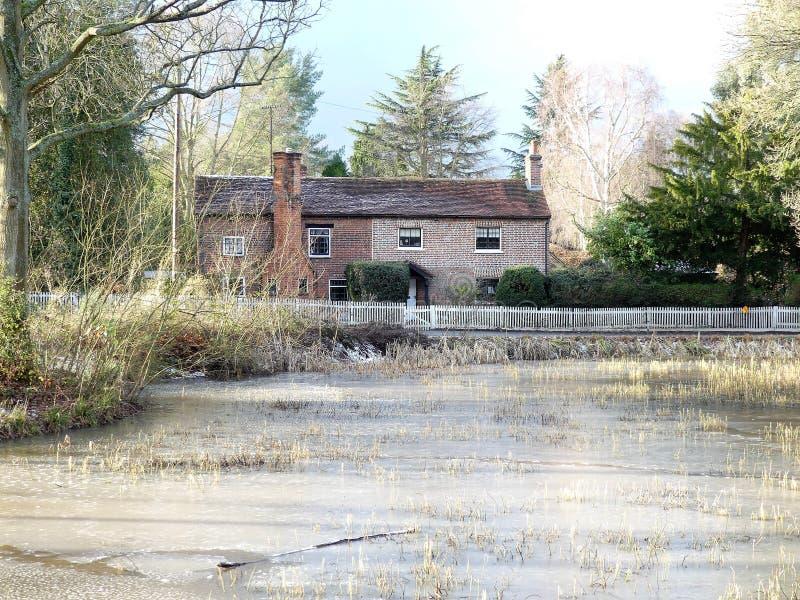 Stagno e cottage comuni superiori nell'inverno, terreno comunale di Chorleywood immagine stock