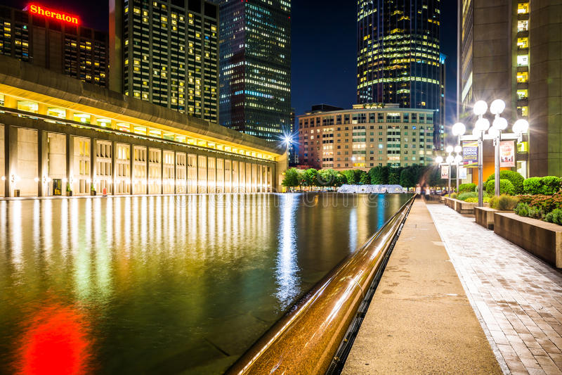 Stagno e grattacieli di riflessione alla notte, veduta a Christian Scie fotografia stock libera da diritti
