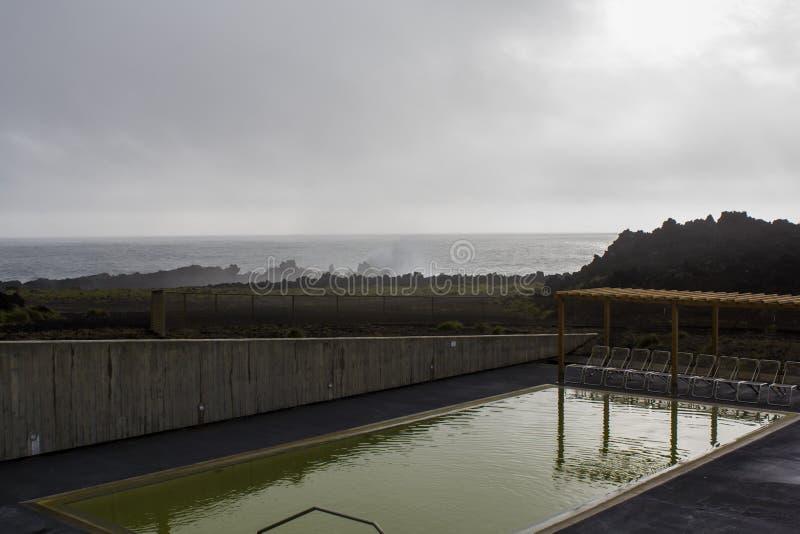 Stagno e l'Oceano Atlantico termici in linea costiera vulcanica immagini stock libere da diritti