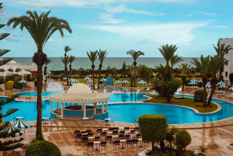 Stagno e spiaggia dell'hotel di località di soggiorno fotografia stock libera da diritti
