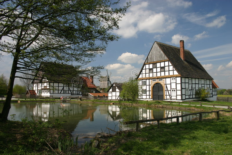 Stagno idillico del villaggio in Detmold (Germania) fotografia stock libera da diritti