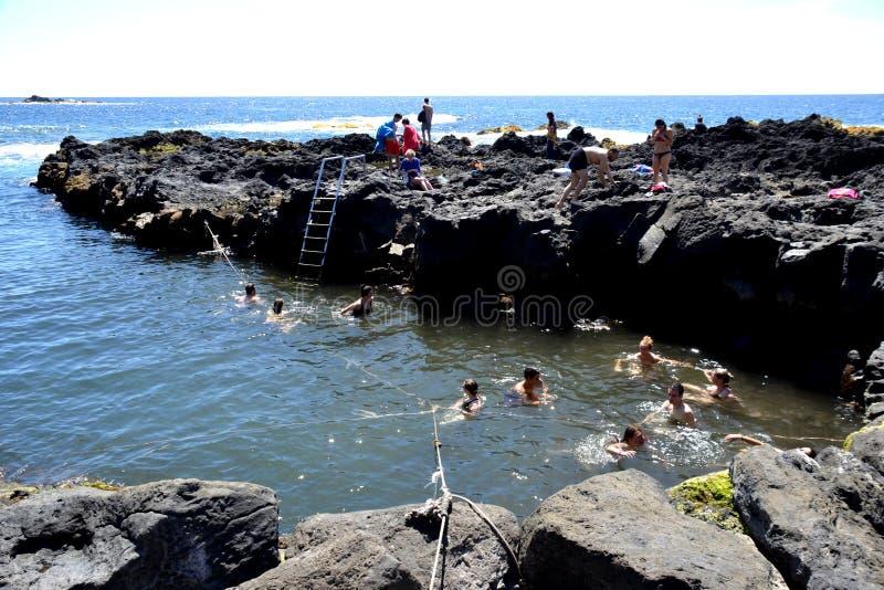 Stagno naturale di Ponta da Ferraria, sao Miguel, Azzorre, Portogallo immagini stock libere da diritti