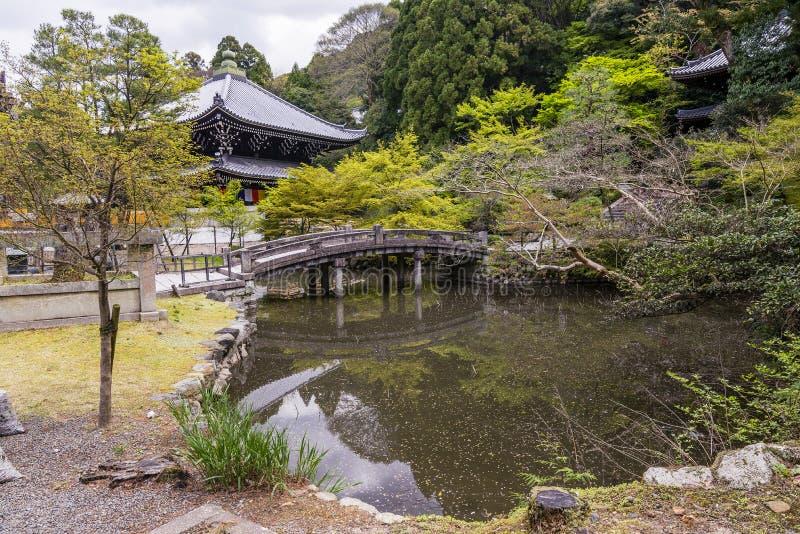 Stagno piacevole con un ponte in Chion-in tempio, Kyoto, Giappone fotografia stock