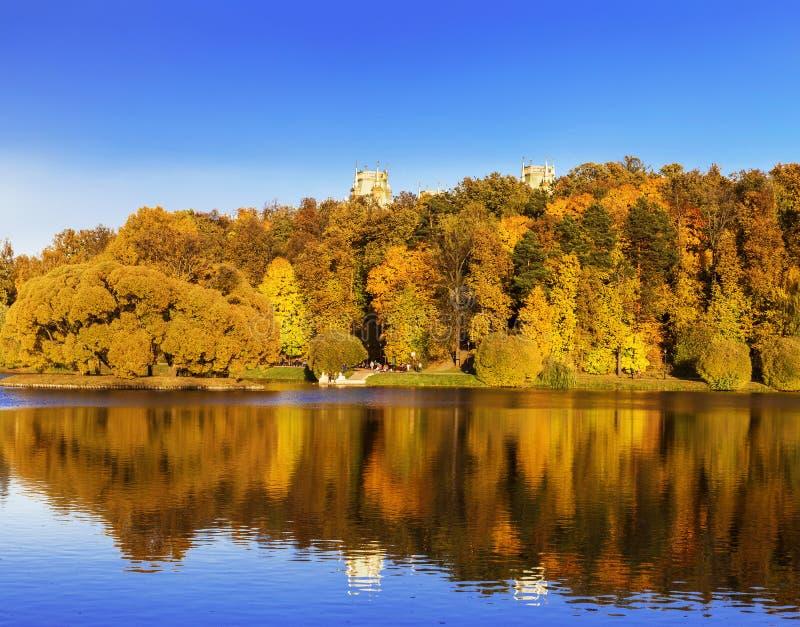 Stagno superiore di Tsaritsyn in autunno Museo-riserva di Tsaritsyno Mosca, fotografia stock