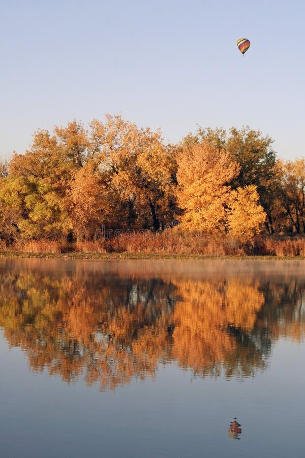 Stagno variopinto di autunno immagini stock libere da diritti