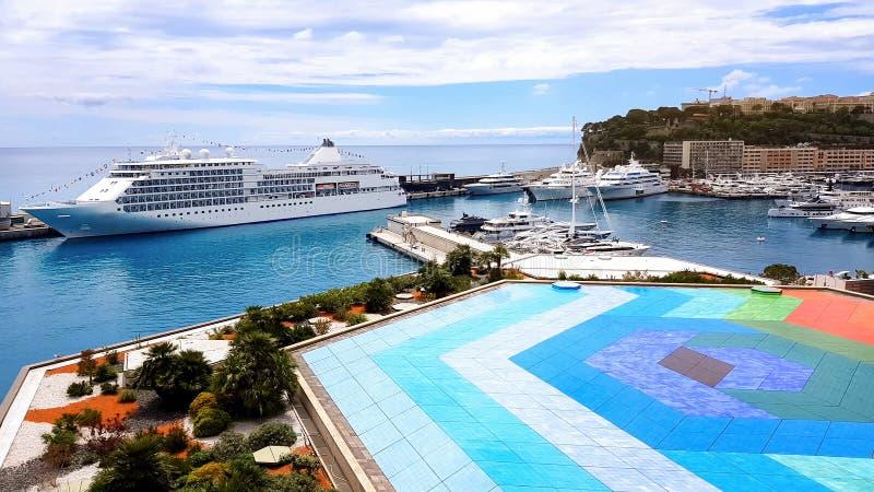 Stagno variopinto sul tetto dell'hotel, imbarcazioni sul mare, annuncio di resto comodo immagini stock