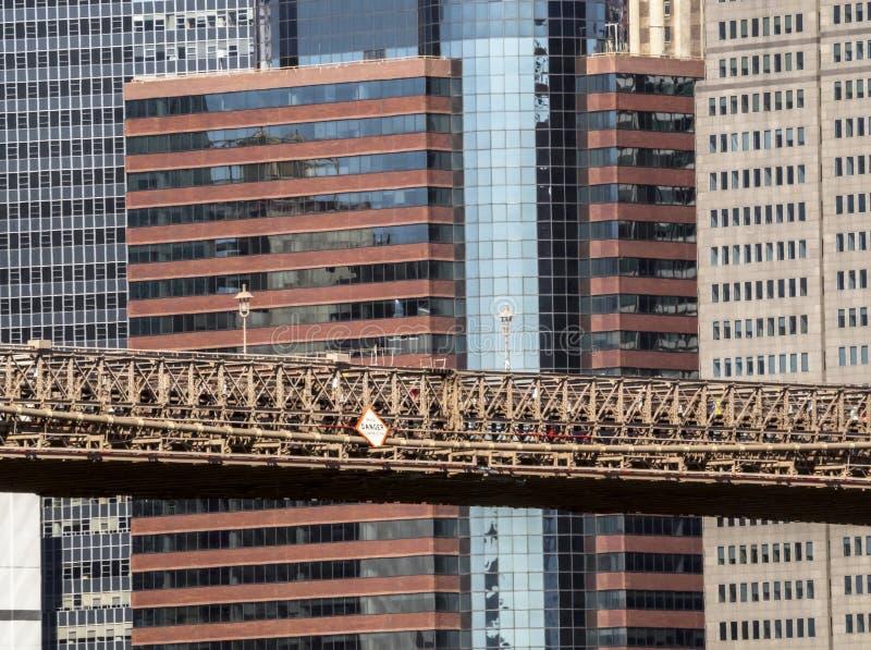 Stahl und Beton: eine Ansicht des zentralen Abschnitts der Brooklyn-Brücken- und Manhattan-Gebäude auf dem Hintergrund stockbild