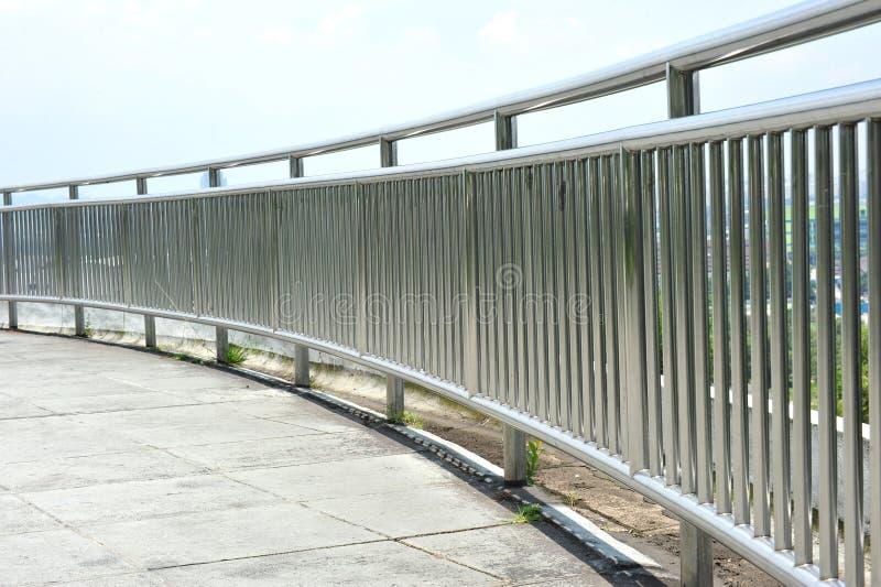 Stahlabdeckung-Schiene lizenzfreie stockfotos