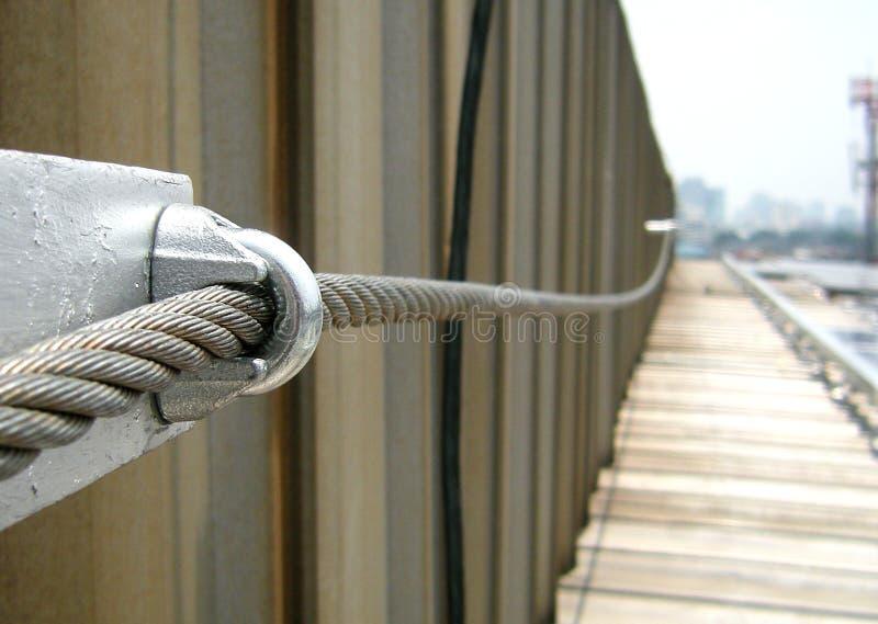 Stahlanschlagseil-Rettungsleine auf Fabrikdach stockfotografie