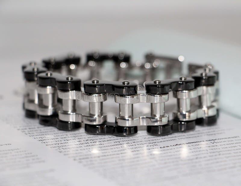 Stahlarmband für Männer Dekoration an Hand für grobe Männer stockbild