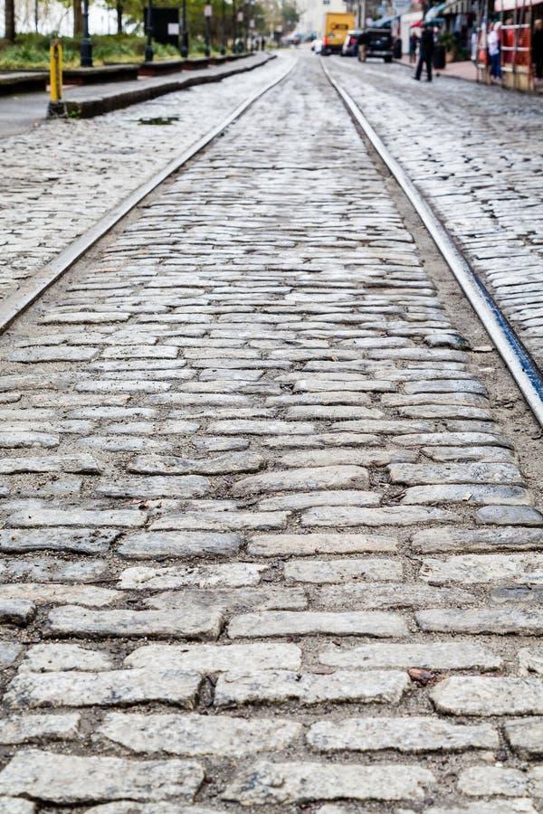 Stahlbahnen in der Kopfstein-Straße stockfotografie