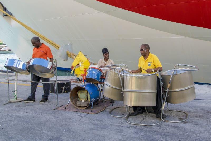 Stahlband, die vor Kreuzer in Barbados spielt lizenzfreie stockfotos