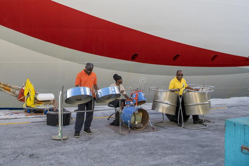 Stahlband, die vor Kreuzer in Barbados spielt lizenzfreie stockbilder