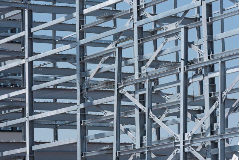 Stahlbau eines Industriegebäudes im Bau lizenzfreies stockbild
