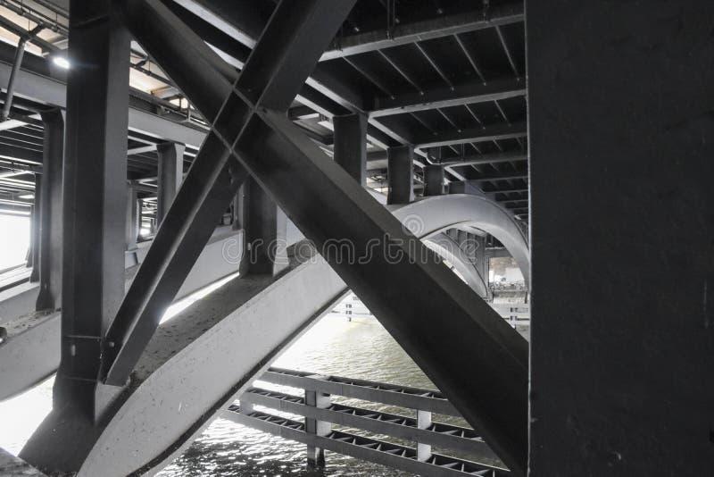 Stahlbau unter einer Brücke über dem Flussgelage in Berlin lizenzfreie stockfotos