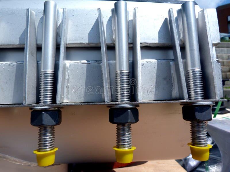 Stahlbolzen in glänzender neuer mechanischer Verbindung - II stockbild