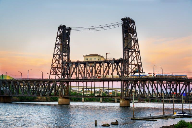 Stahlbrücke an der Dämmerung stockfoto