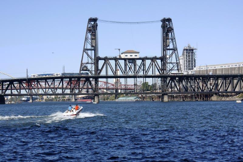 Stahlbrücke und ein überschreitenes Boot stockbilder