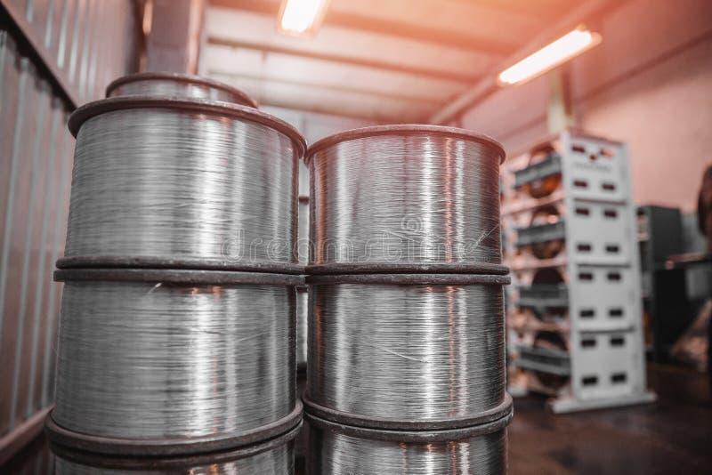 Stahldraht, Aluminium auf Spulen in der industriellen Industrieproduktion für Metallverarbeitung lizenzfreie stockfotos