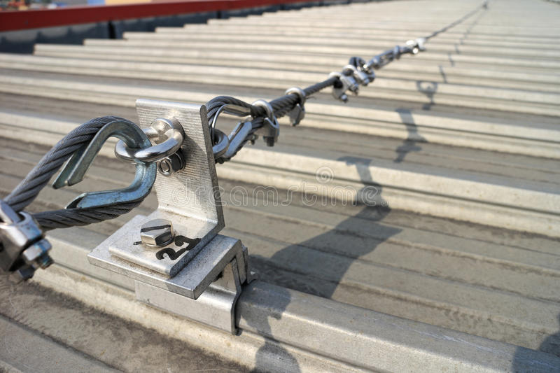 Stahldrahtseil-Rettungsleine auf Dach stockfotos