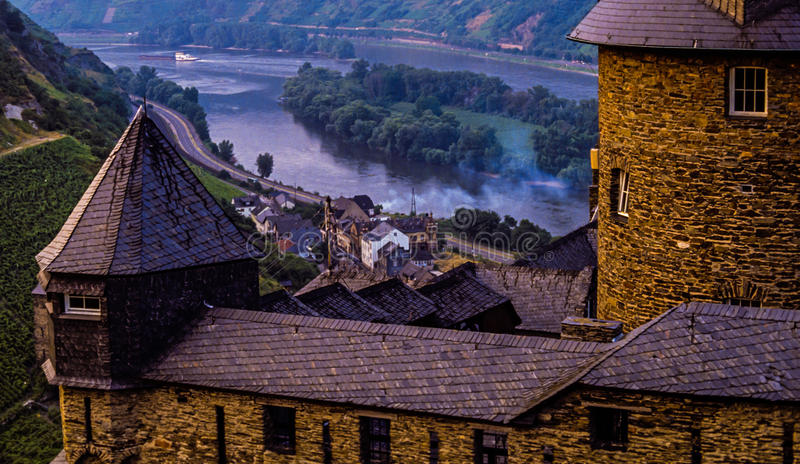 Stahleck slott på den Mosel floden i Tyskland arkivfoton