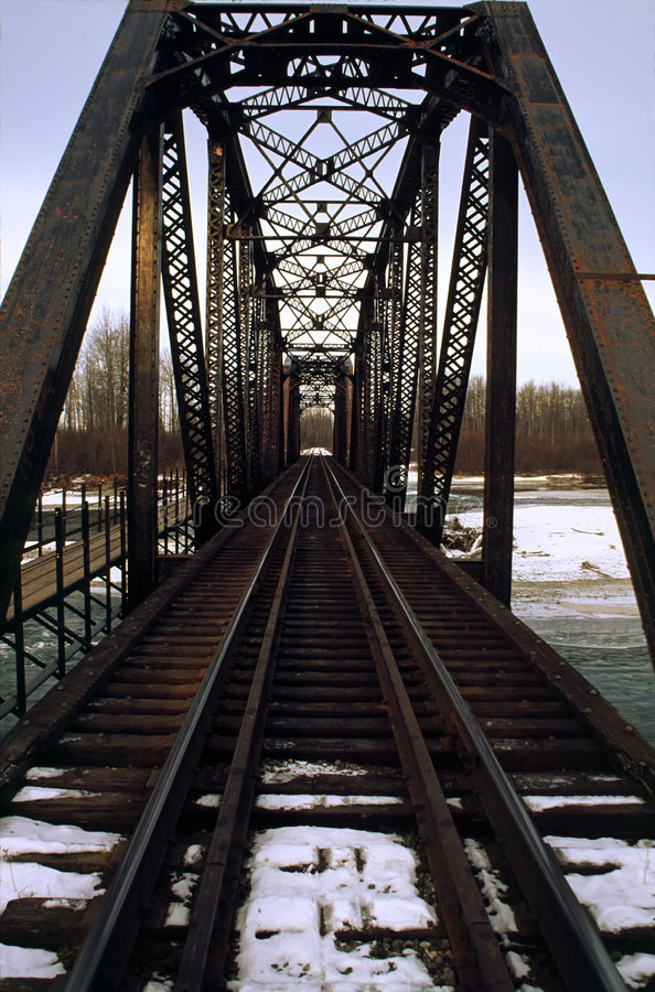Stahleisenbahn-Brücke im Schnee lizenzfreies stockbild