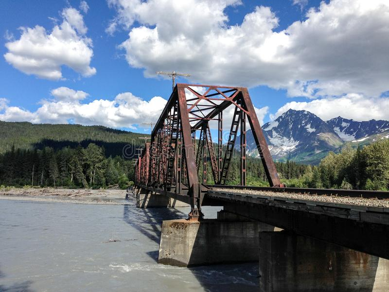 Stahleisenbahnbrücke lizenzfreie stockbilder