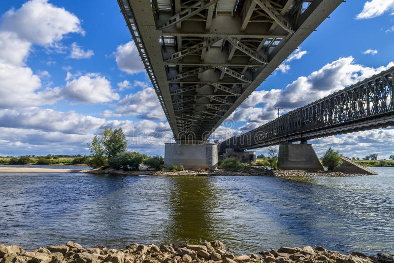 Stahleisenbahnbrücke lizenzfreies stockbild