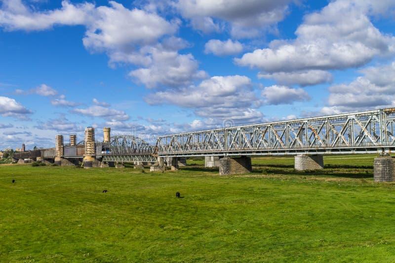 Stahleisenbahnbrücke lizenzfreie stockfotografie