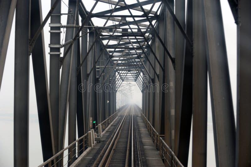 Stahleisenbahnbrücke in Schwarzweiss stockbild