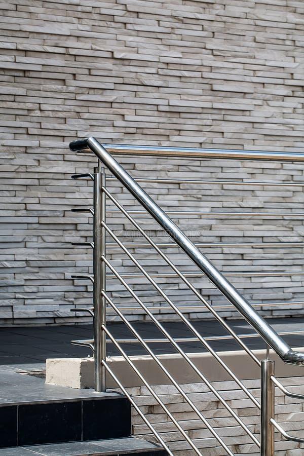 Stahlgeländer, Steinwände lizenzfreies stockbild