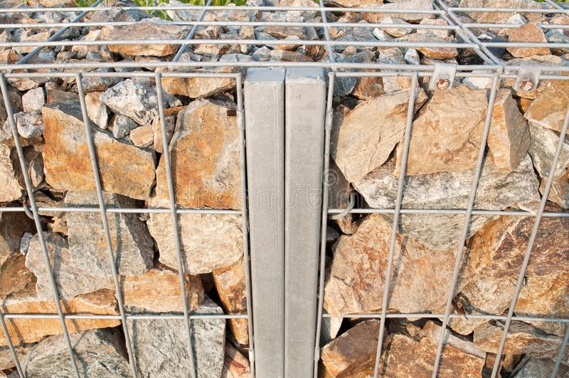 Stahlgrill mit Steinwandhintergrund stockbilder