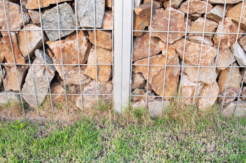 Stahlgrill mit Steinwandhintergrund lizenzfreie stockfotografie