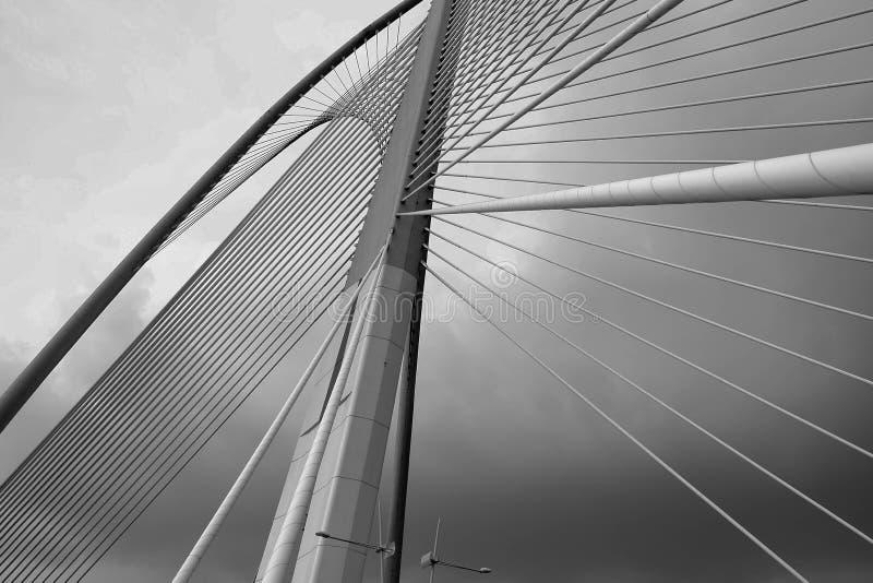 Stahlkabelbrückenschwarzweiss-Farbe stockfotos