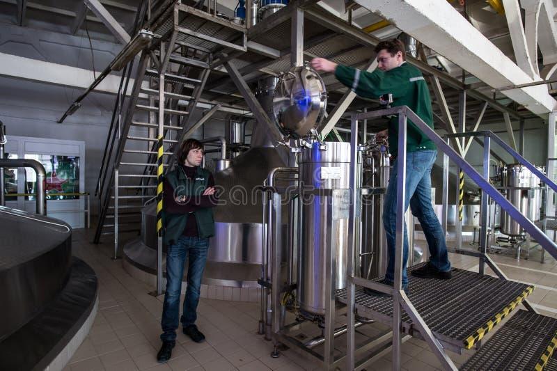 Stahlkapazitäten mit Bier-Nadelbaum lizenzfreie stockfotos